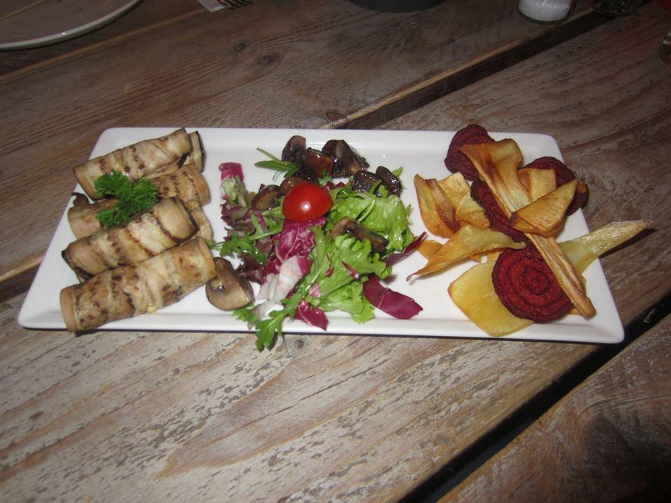 aubergine met humus groentechips en salade